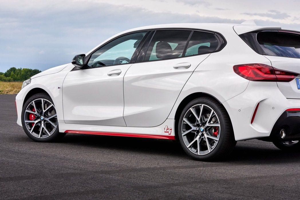 透過M Sport套件與ti車款專屬紅色側裙與ti字樣車身標誌,創造全新BMW ...