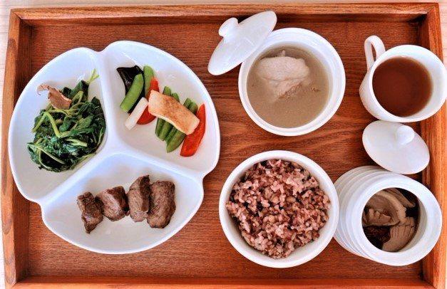 秀傳醫院癌醫中心以月子餐概念,開創癌症病人的客製化菜單,讓病人能依喜好攝取營養。...