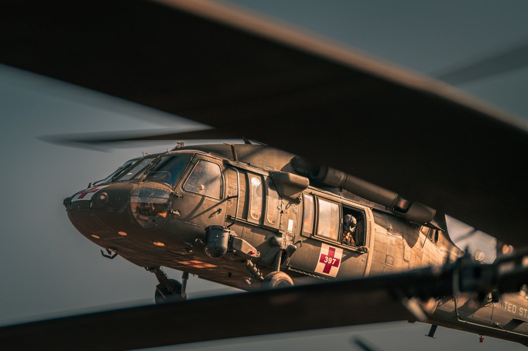 透過直升機與空降軍隊的掩護,受困的外籍平民與阿富汗人,可以避免機場群聚與塔利班的...