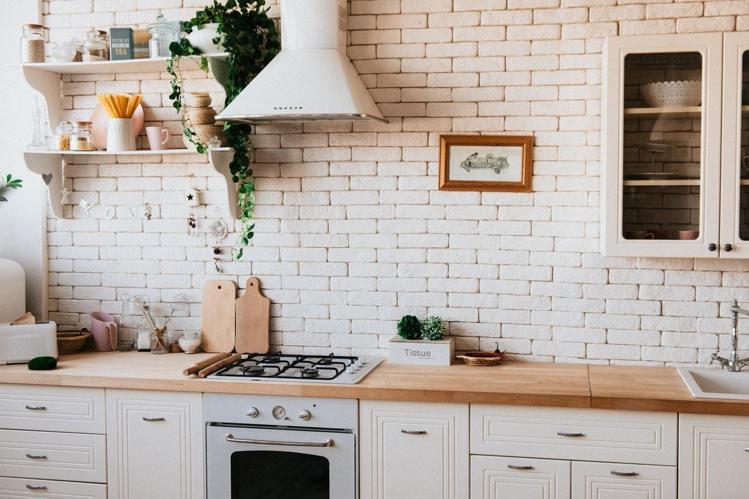 廚房的檯面高度,要依照使用者來調整。圖/摘自Pelexs