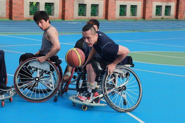 輪椅籃球相當倚重推輪椅的技巧。 圖/蔡子元攝影