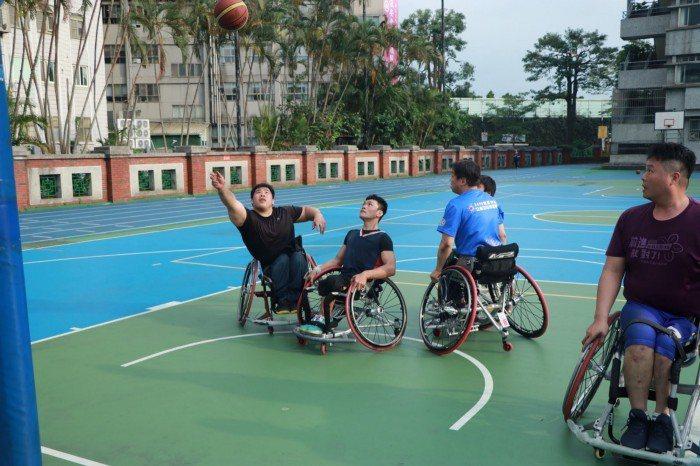運動可以讓身障患者多走出戶外。 圖/蔡子元攝影
