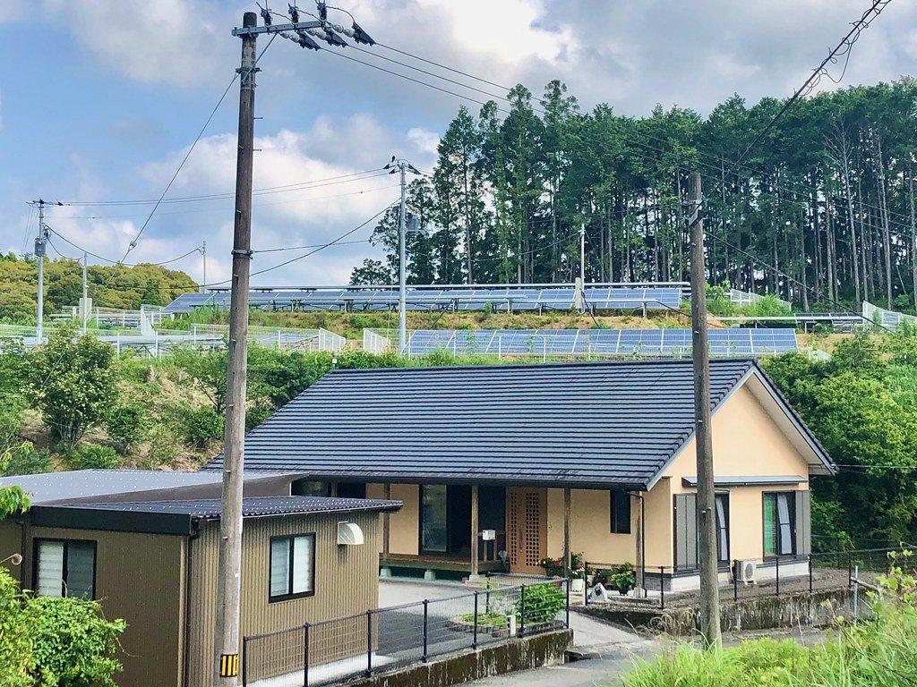 日本一處民宅後方,於小山丘上的太陽能設施。在鋸掉樹木、山頂微微磨平後、蓋上太陽能...