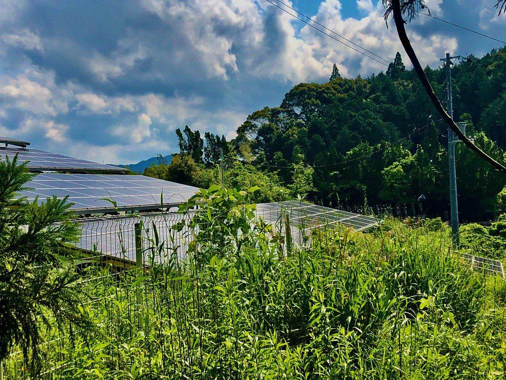 在日本,同樣遇到太陽能板爬上山坡的環境爭議。 圖/劉建志攝影