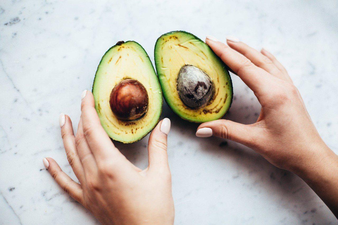 儘管酪梨營養價值豐富,但因為油脂含量高,每人每天最多只能吃半顆,吃太多小心變胖。...