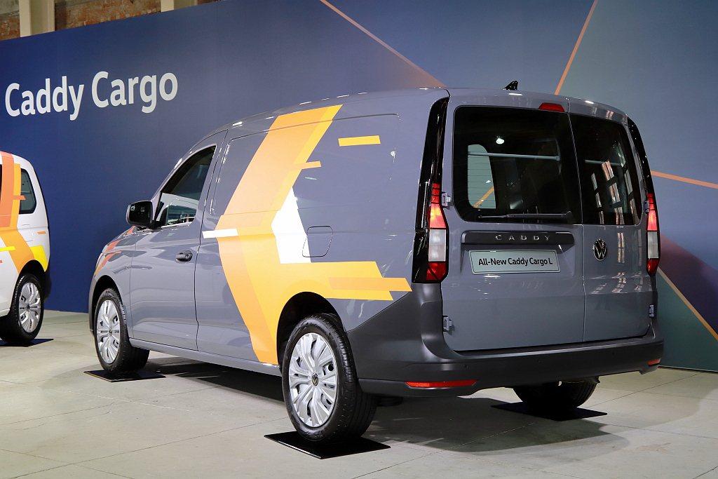 福斯商旅Caddy Cargo長軸車型的大面積車側平板車體設計,更可以變身企業主...