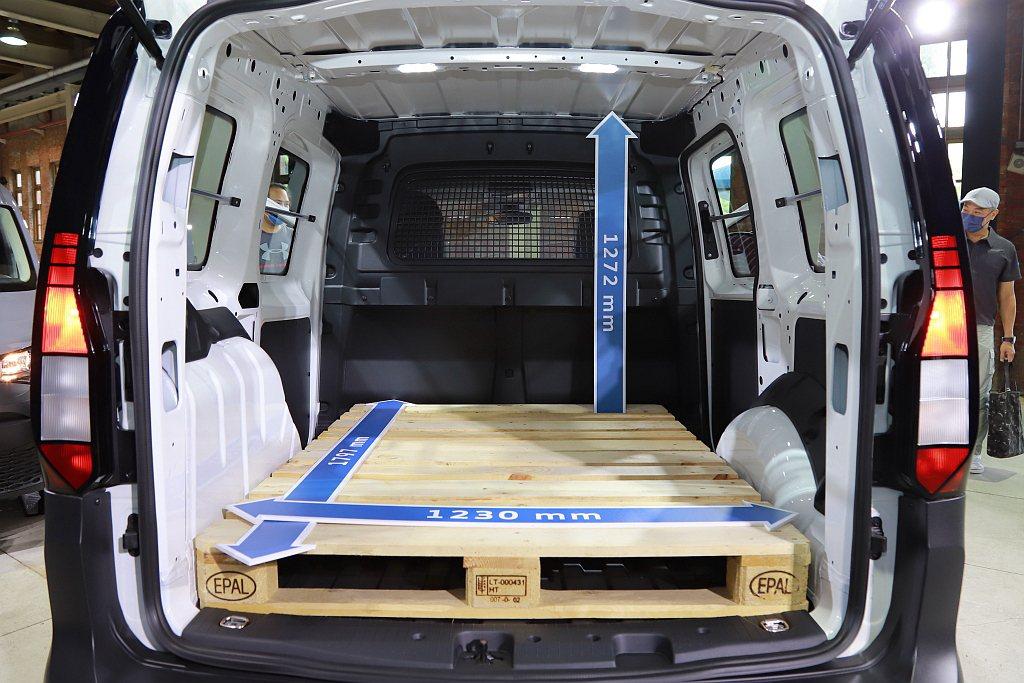 全新世代福斯商旅Caddy Cargo短軸車型具備3.1立方公尺大容積載貨空間。...