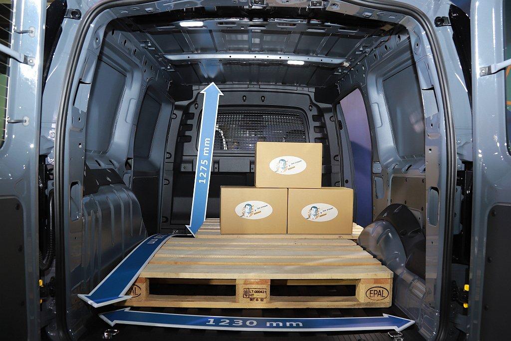 全新世代福斯商旅Caddy Cargo長軸車型則擁有3.7立方公尺載貨空間。 記...