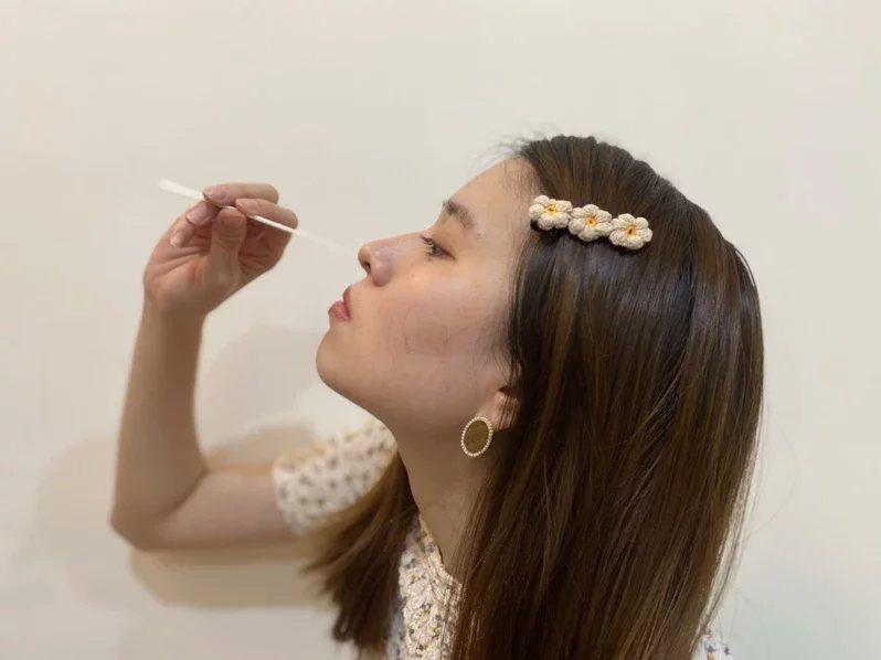 居家快篩不像核酸檢測需要直戳鼻咽,但還是需忍受異物感直衝鼻腔。 圖/蕭羽耘 攝影