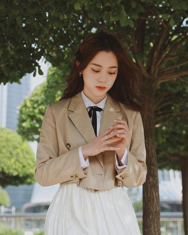 歐陽娜娜身穿maje駝色短版西裝外套12,750元、圓領蝴蝶結襯8,120元。圖...