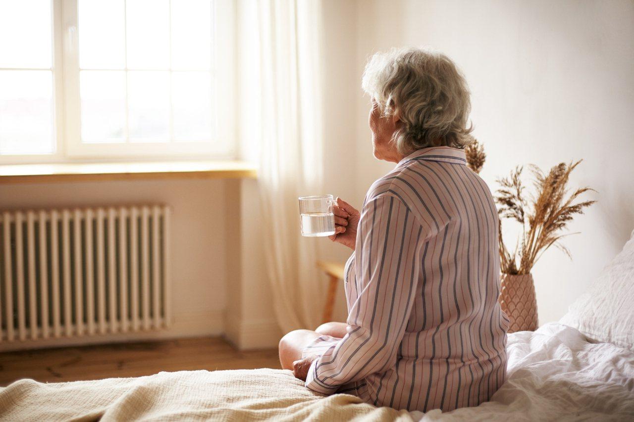 身邊有願意持續照顧長輩的家人,請珍惜並支持他的需求。 圖/freepik