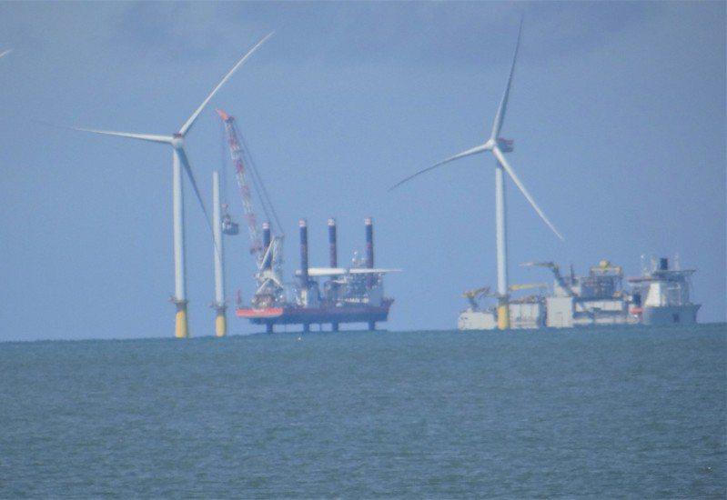 從箔子寮漁港海堤遠望,可見離岸風電的大型工程船仍在海上,工程單位表示正進行海纜工程。 報系資料照/記者蔡維斌攝影