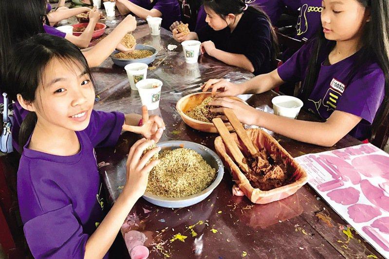 ▲了解鴨生態並進行鴨蛋加工製作。  圖:台灣休閒農業發展協會/提供