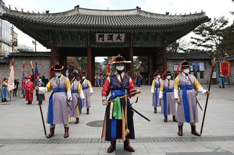 南韓反中情緒急遽上升,中國甚至超過了前殖民國日本,成為南韓人最不喜歡的國家。圖為身穿南韓傳統服裝的宮殿護衛在首爾為遊客表演。 (AFP)