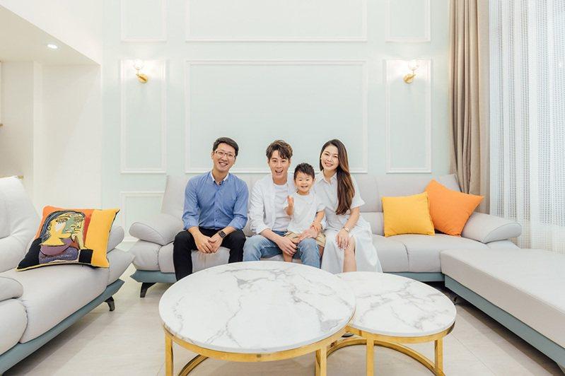 ▲歐德設計師李定宸(左)用綠建材為藝人吳東諺、小肚臍、白家綺打造七口之家幸福大窩。