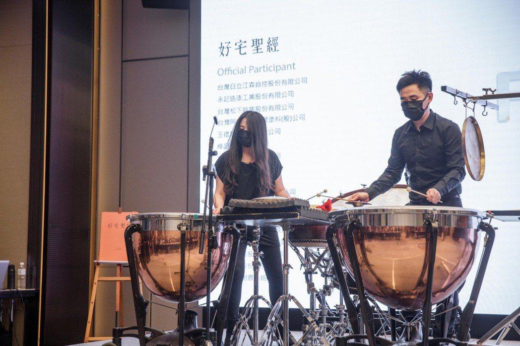 現場更特別邀請到朱宗慶打擊樂團進行國際級演奏,以建築「力與美」發想,與打擊樂藝術...