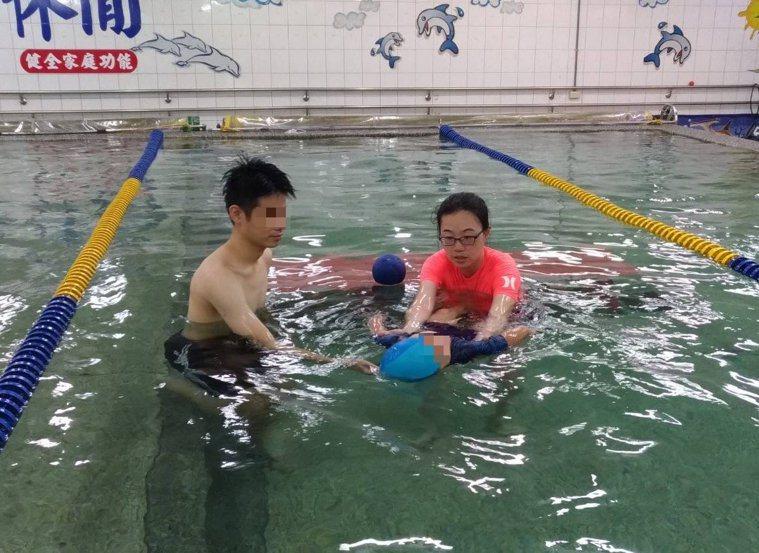 大千綜合醫院副院長蔡建宗表示利用水的特性,可以幫助孩童增進肌力與肌耐力。圖/大千...