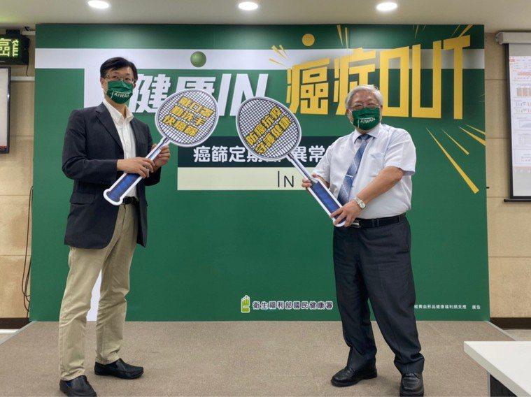 台大醫院健康管理中心主任邱瀚模(左)、國健署長吳昭軍(右)今共同呼籲,勿讓疫情阻...