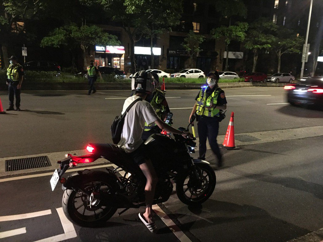 內湖警方於民權東路六段執行防制危險駕車勤務。記者翁至成/翻攝