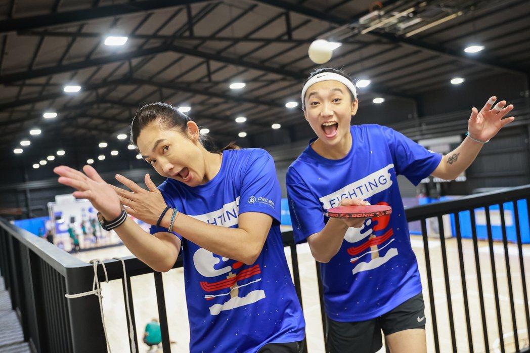 趙逸嵐(小8)(右) 奪下「全明星運動會」MVP,感謝藍隊領隊錢薇娟。圖/凱渥提