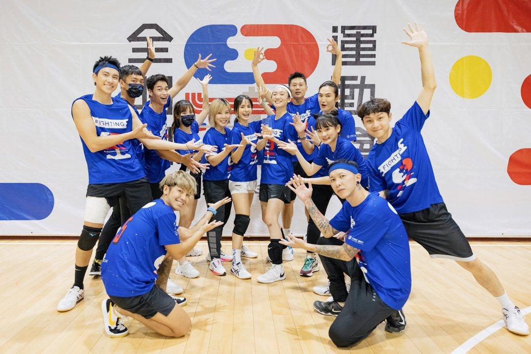趙逸嵐(小8) 奪下「全明星運動會」MVP,接受藍隊隊員歡呼。圖/凱渥提供