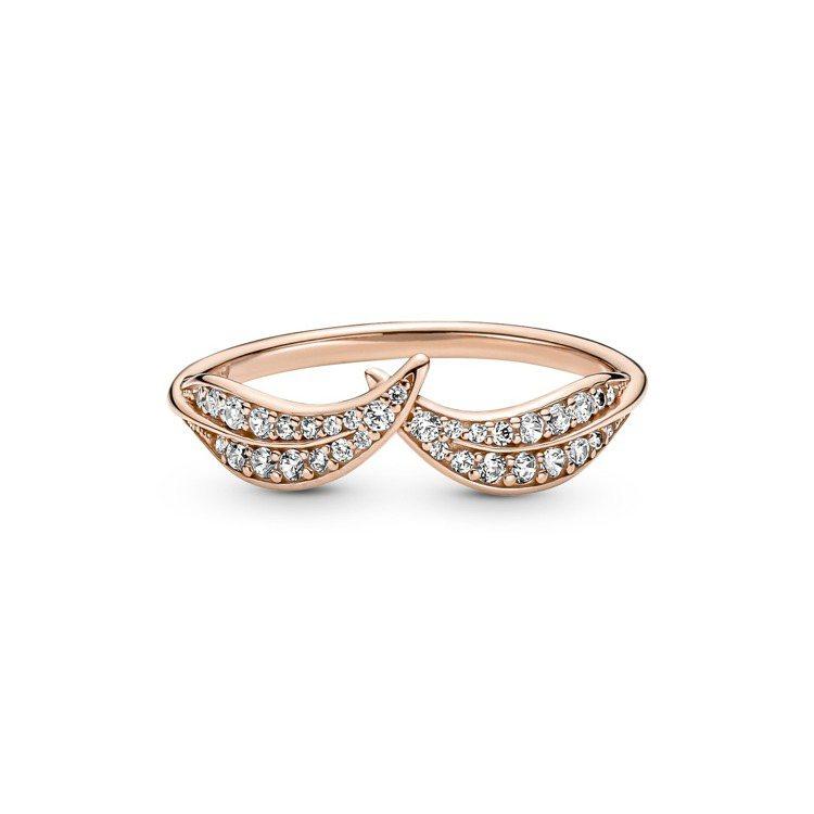 Pandora閃耀雙葉鍍14k玫瑰金鋯石戒指,2,880元。圖/PANDORA提...