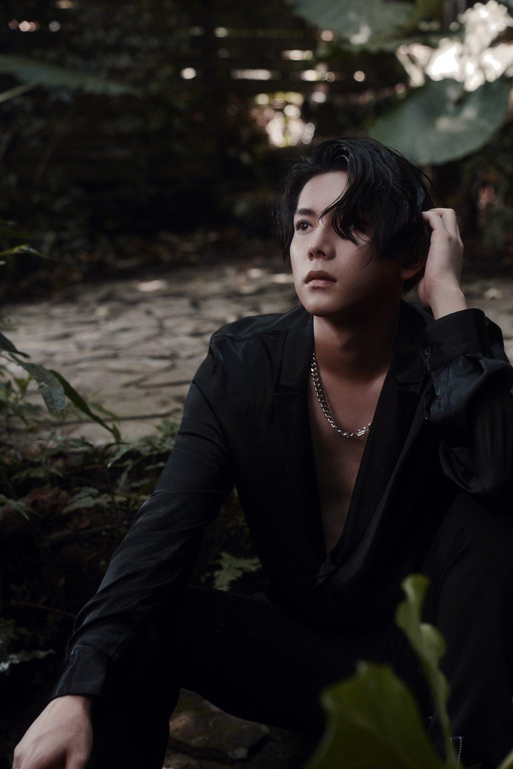 楊宇騰推出自述創作EP「邃宇Dark wings」。圖/泓康天下娛樂文創提供