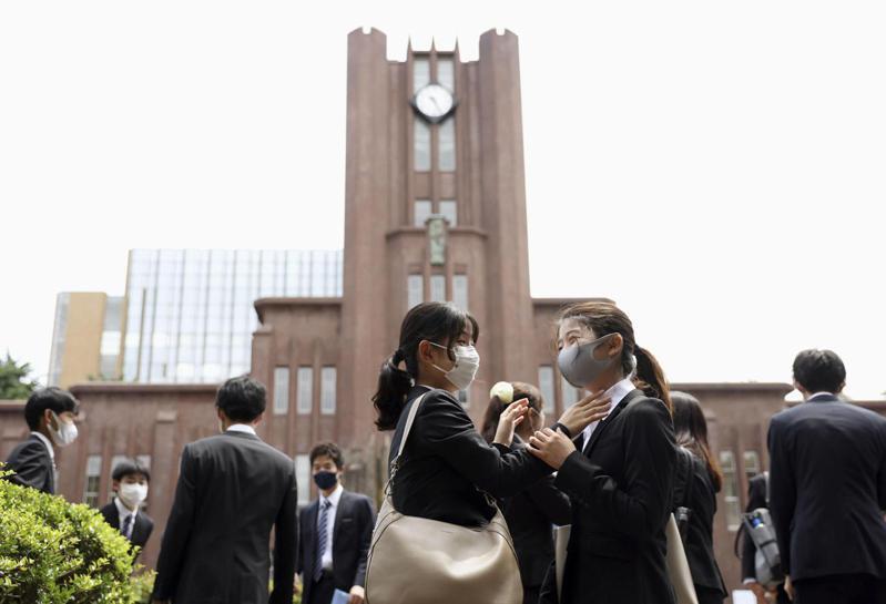 日本年輕人對於到海外取得學位不感興趣,除了英文不夠有信心的心理因素外,還有現實環境的阻礙。圖為東京大學新生入學典禮。路透