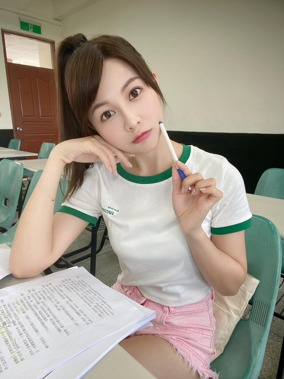 謝京穎回歸8點檔,加入「黃金歲月」演出大學生辣妹。圖/民視提供