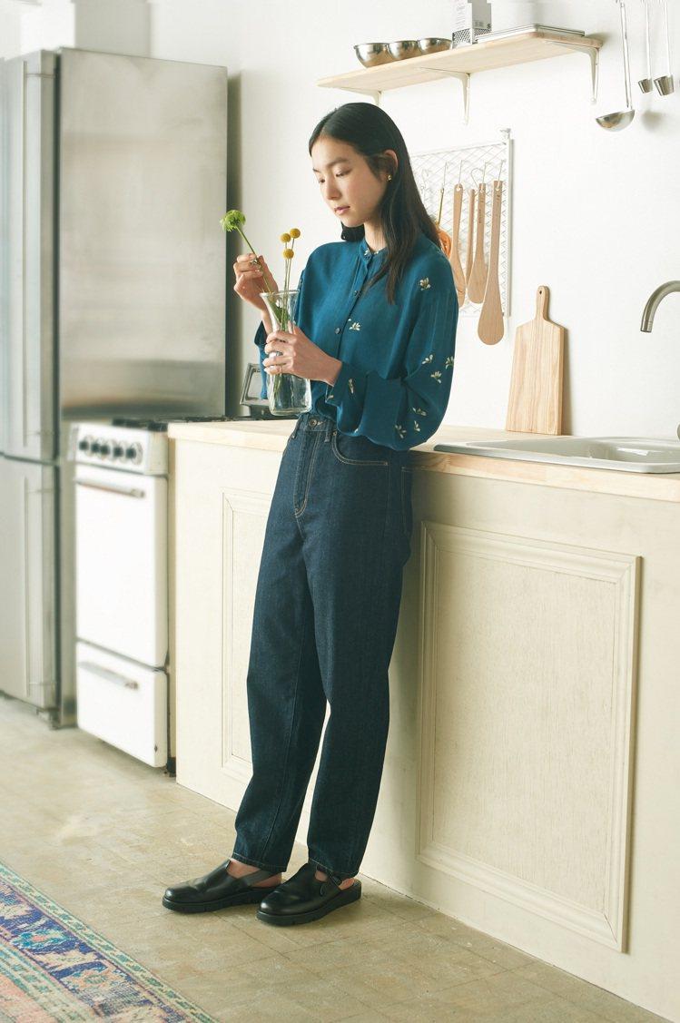 女裝錐形高腰牛仔褲,1,290元。圖/UNIQLO提供