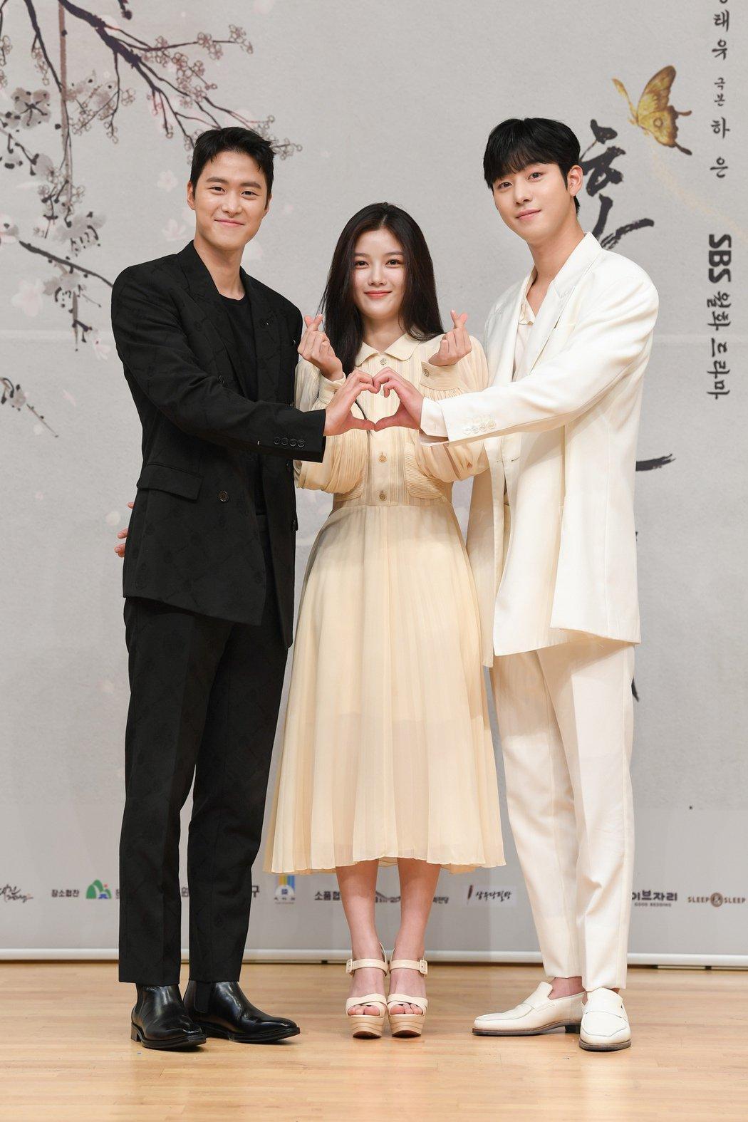 孔明(左起)、金裕貞以及安孝燮出席「紅天機」記者會,大談拍戲趣事。圖/friDa