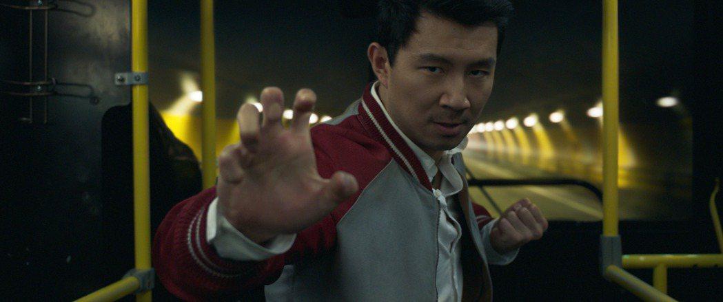 劉思慕為「尚氣與十環傳奇」苦練武術,接受成家班外籍成員布拉德利艾倫訓練。圖/迪士...