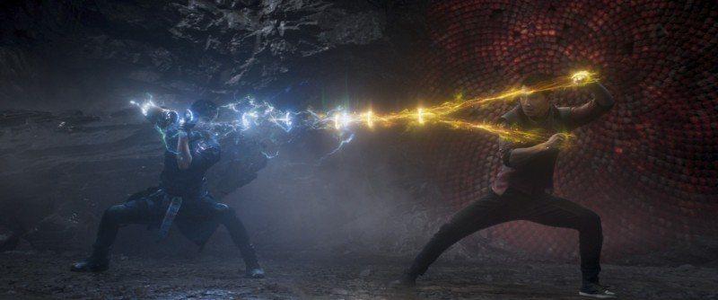 劉思慕(右)在漫威新片「尚氣與十環傳奇」和梁朝偉飾演父子,兩人上演奇幻對決。圖/...