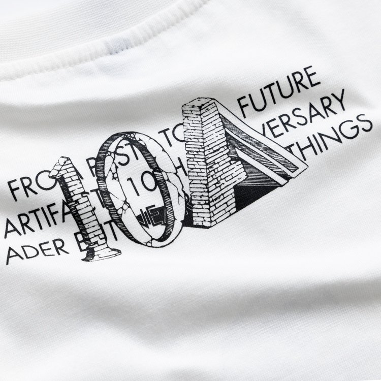 在10與A字Logo後方寫上兩個品牌的精神標語「FROM PAST TO FUT...