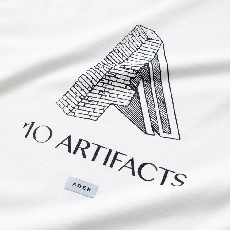 將ARTIFACTS團隊設計的10週年字樣與ADER布標擺在一起外,更大肆翻玩A...