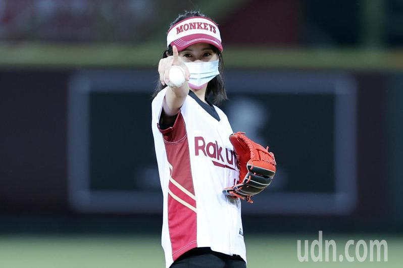 中職邀請東奧中華隊射擊女將(證件妹)吳佳穎(圖)擔任開球嘉賓為比賽暖場,開球前她作出瞄準的動作,希望精準控球。記者許正宏/攝影