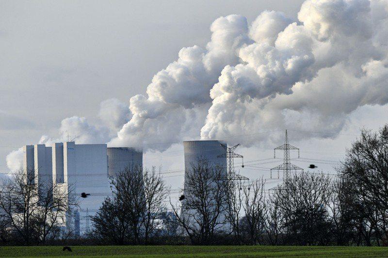 最新報告指今年上半年全球電力行業碳排量超過疫情爆發前水準,圖為德國公用事業公司RWE位於貝格海姆市的燃煤發電廠。美聯社