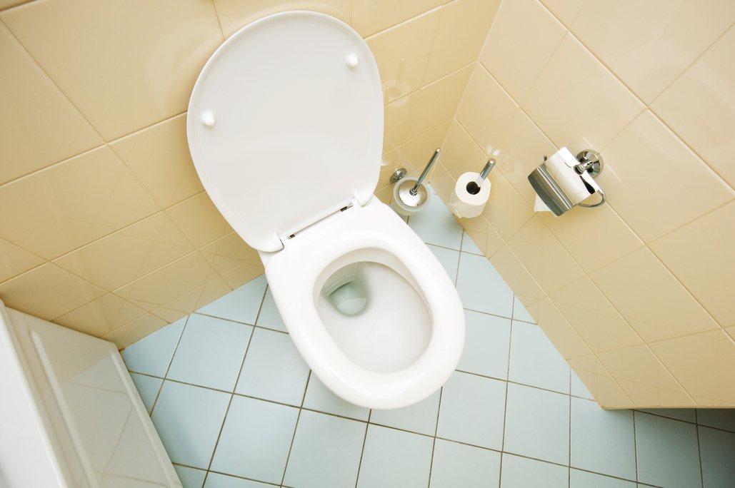 一名女網友抱怨在家中廁所還能聞到其他住戶抽菸的味道。 圖/ingimage