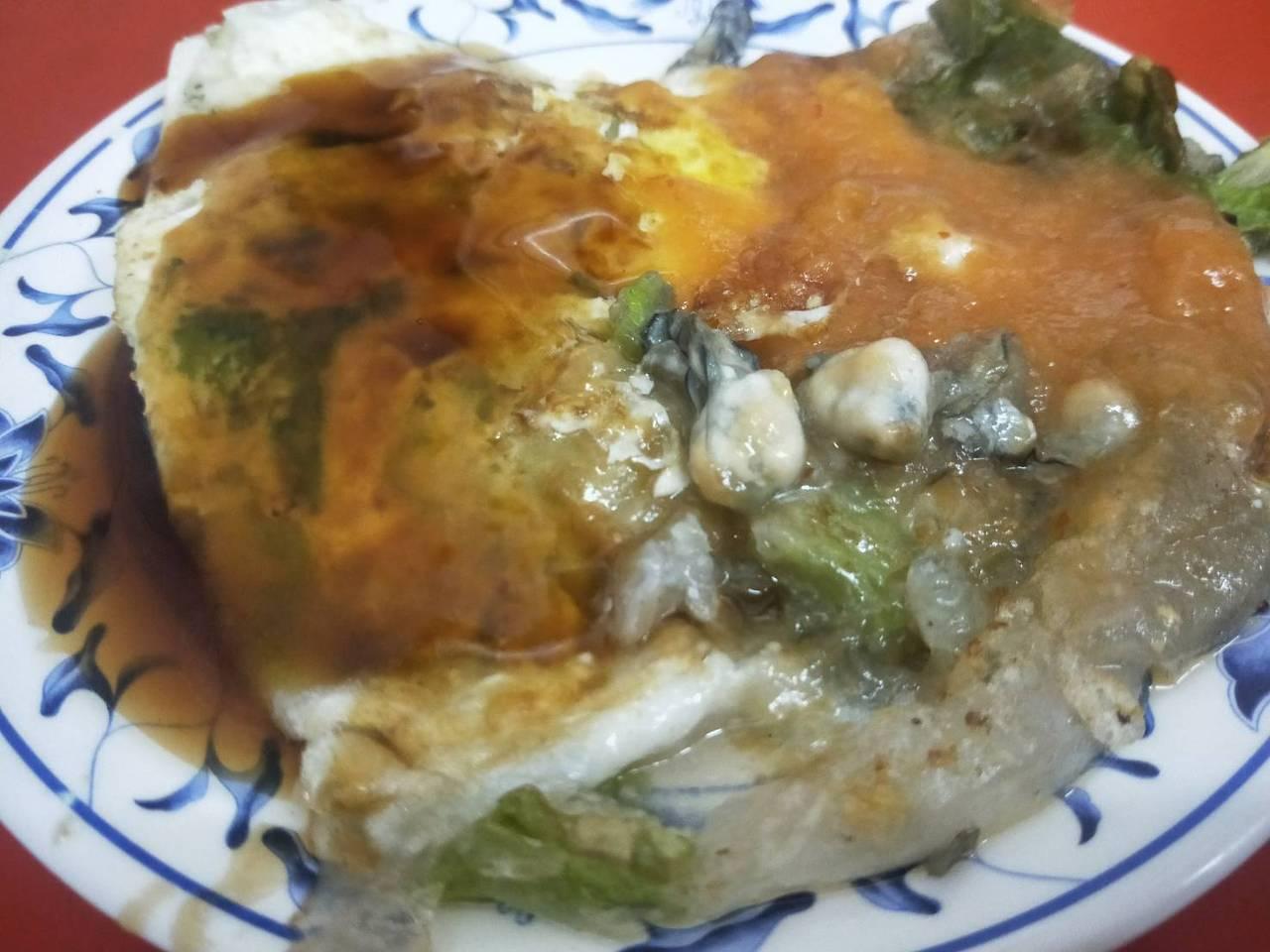 遠東蚵仔煎的蚵仔鮮甜多顆,吃起來味美。 圖/游明煌 攝影