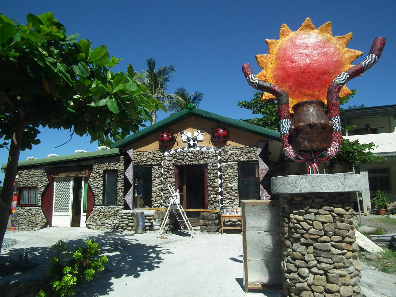 南田村落最特別的一棟房屋,門前聳立著太陽,門口四周有上百顆石頭彩繪著眼睛,還有的...