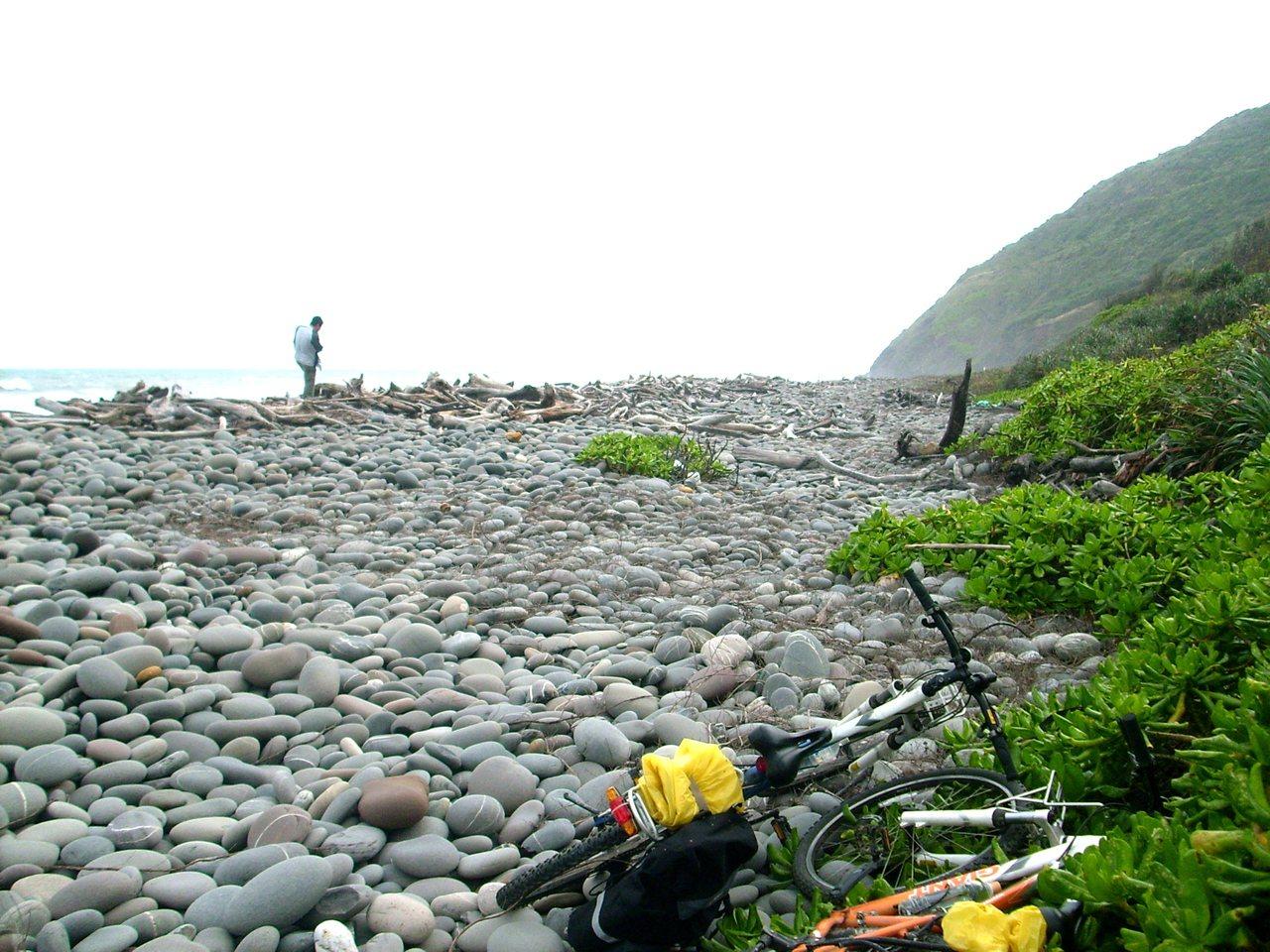 南田海岸盛產的南田石,是東部海岸獨有鵝卵石海灘,全長近1公里,每顆石形渾然天成。...