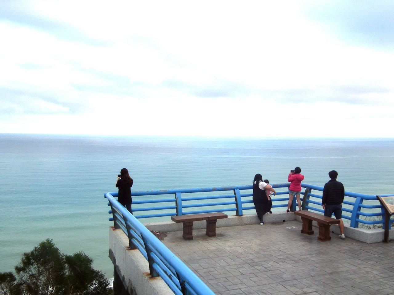 村莊山坡上的「觀海亭」,早期是獵人休息空間,如今是觀海最佳據點。 圖/尤聰光 攝...