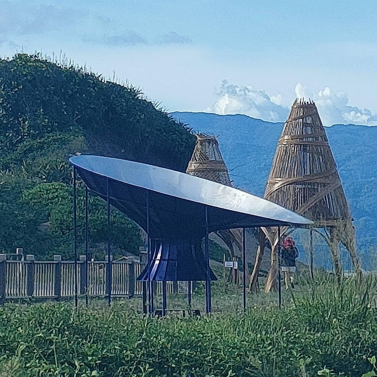 南田海濱公園臨海邊空地處,有今年「南迴藝術季」兩座公共裝置藝術品,分別來自印尼藝...