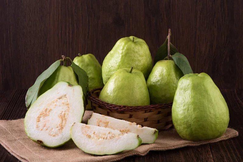 芭樂是維生素C含量多的水果,可提升皮膚的免疫力。 圖/123RF