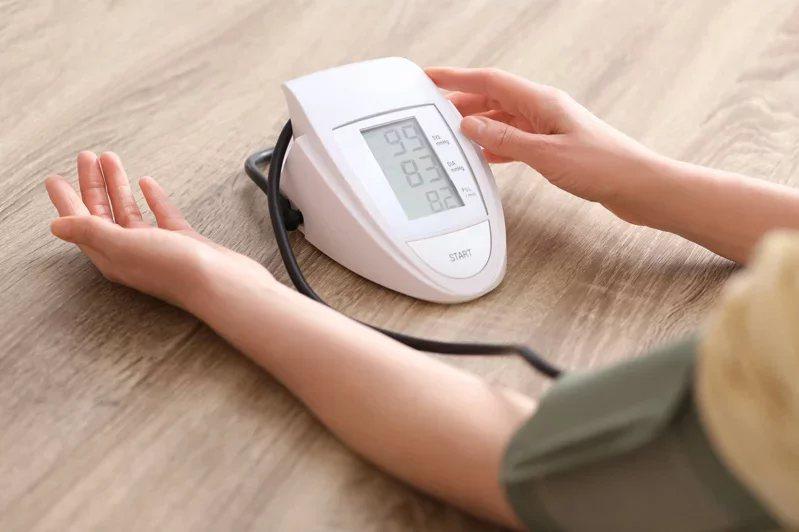居家量血壓時,勿穿厚重衣物,也不要運動,不要吃刺激性食物。  圖/123RF
