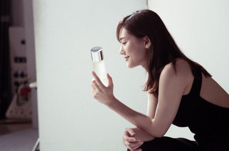 綾瀨遙熱愛使用青春露。圖/SK-II提供