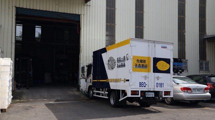 芒菓丹物流車將民眾不用的再生循環展示櫃回收至工廠。 圖/林澤衛攝影