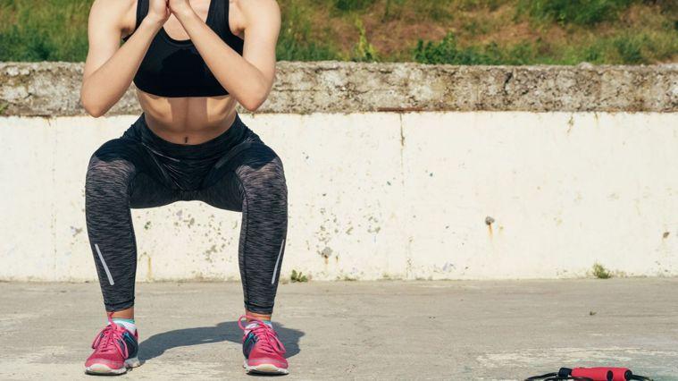 站姿、身體排列與方向、肌肉啟動與徵召以及呼吸配合動作是深蹲的四大重點。圖/Can...