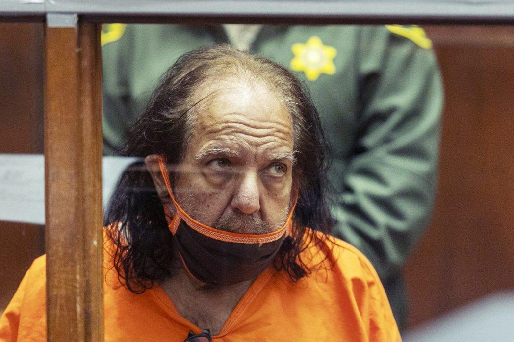 傑瑞米後來被指控從1996年以來,犯下多起性侵強暴罪行,被害女性從15歲到51歲...