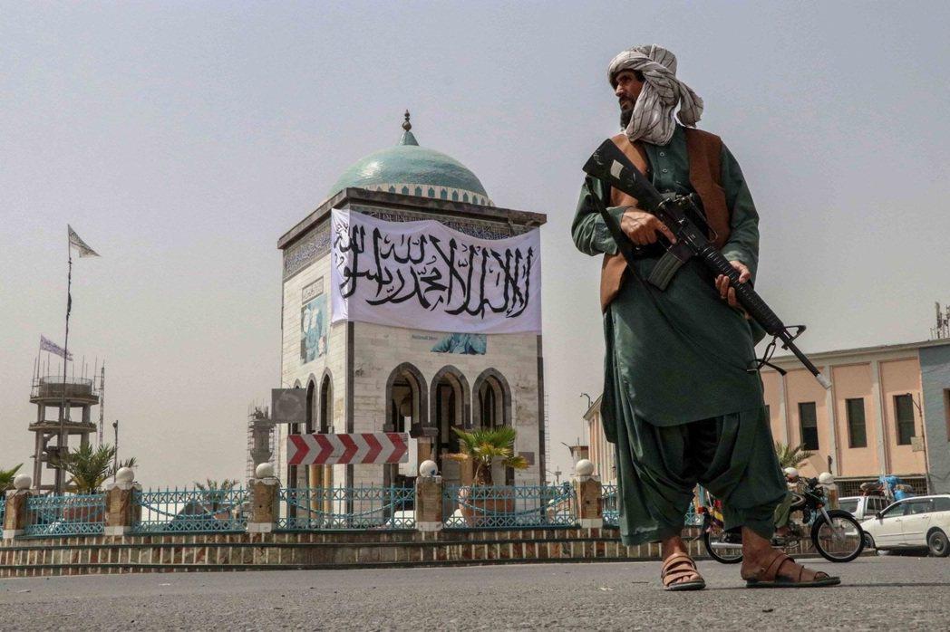 占領首都喀布爾的塔利班戰士。 圖/歐新社